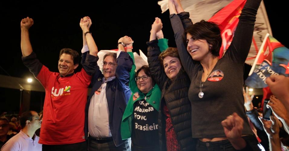 28.ago.2018 - Fernando Haddad (PT), Fernando Pimentel (PT), Jô Moraes (PCdoB), Dilma Rousseff (PT) e Manuela D'Ávila (PCdoB) participam de comício em Belo Horizonte