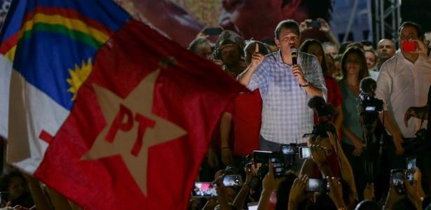 25.out.2018 - Fernando Haddad, candidato à Presidência pelo PT, discursa durante ato de campanha em Recife
