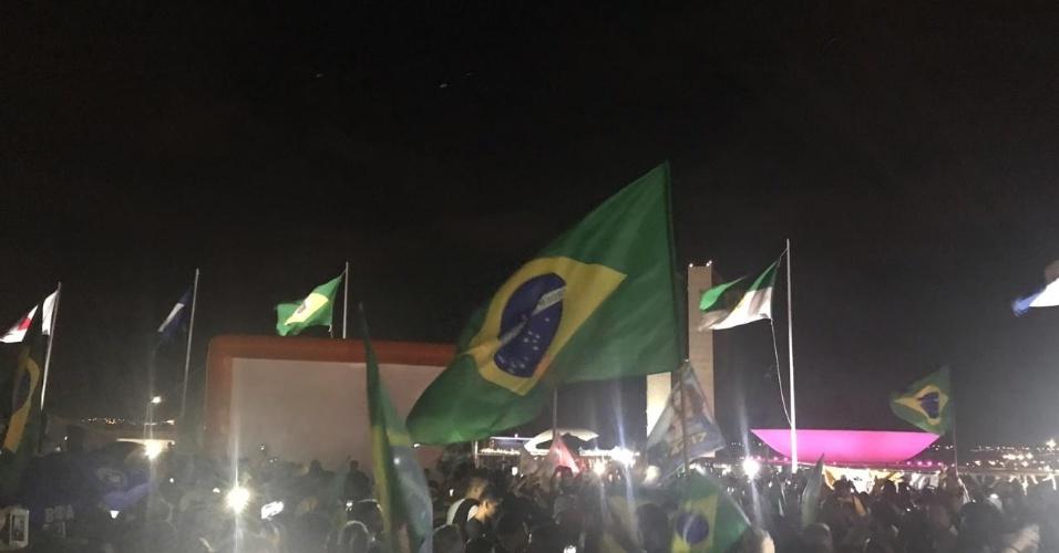 28.out.2018 - Apoiadores do presidenciável Jair Bolsonaro (PSL) comemoram resultado em frente ao Congresso Nacional