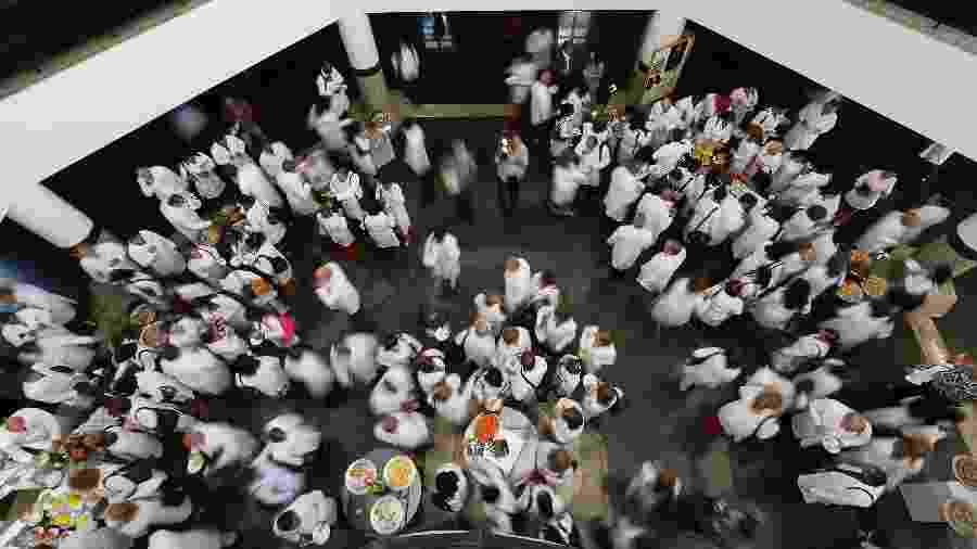 Médicos cubanos no primeiro dia de curso; criado em 2013 para driblar a falta de médicos na atenção básica, o Mais Médicos agora compromete o programa Saúde da Família, de mesmo objetivo - Sérgio Lima/ Folhapress