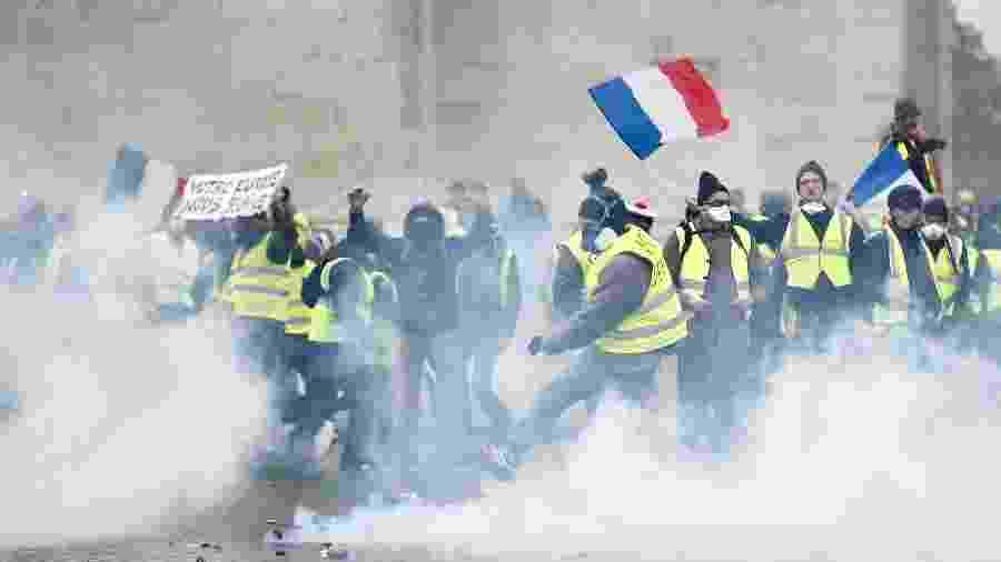 """""""Coletes amarelos"""" protestam em Paris e enfrentam a polícia - Stephane Mahe/Reuters"""