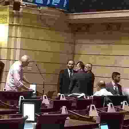15.fev.2019 - Carlos Bolsonaro participa de sessão de abertura da Câmara no Rio - Gabriel Sabóia/UOL