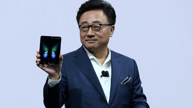DJ Koh, executivo-chefe da Samsung, exibe o Galaxy Fold no anúncio em fevereiro do ano passado -  Justin Sullivan/Getty Images/AFP