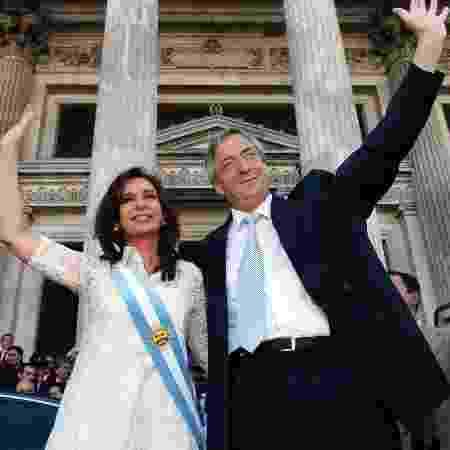 No dia de sua posse em 2007, após receber a faixa do antecessor, seu marido Néstor Kirchner - Daniel Darrás/Télam/AFP