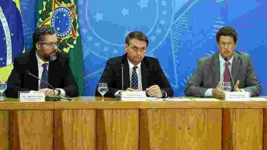 O chanceler Ernesto Araújo (esq) e o ministro do Meio Ambiente, Ricardo Salles (dir), com o presidente Jair Bolsonaro - Pedro Ladeira/Folhapress