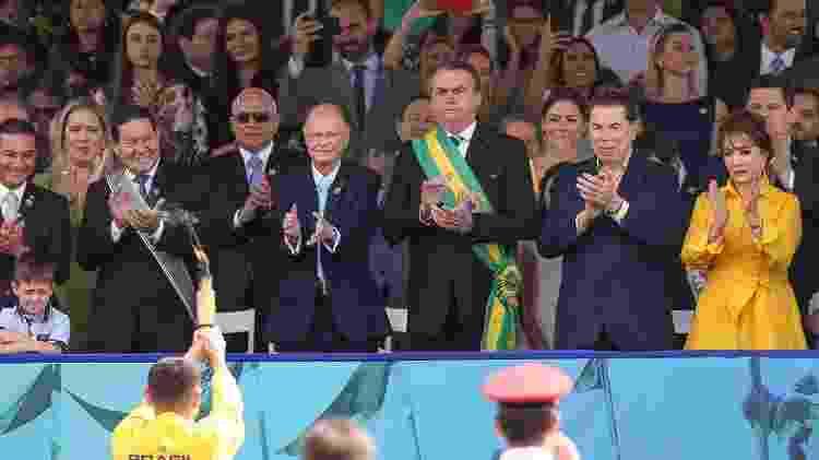 O presidente Jair Bolsonaro, ao lado da primeira dama Michelle Bolsonaro, do vice Hamilton Mourão, do apresentador do SBT Silvio Santos e do bispo Edir Macedo, da Igreja Universal, participa do desfile de 7 de setembro, na Esplanada dos Ministérios, em Brasília  - Pedro Ladeira/Folhapress - Pedro Ladeira/Folhapress