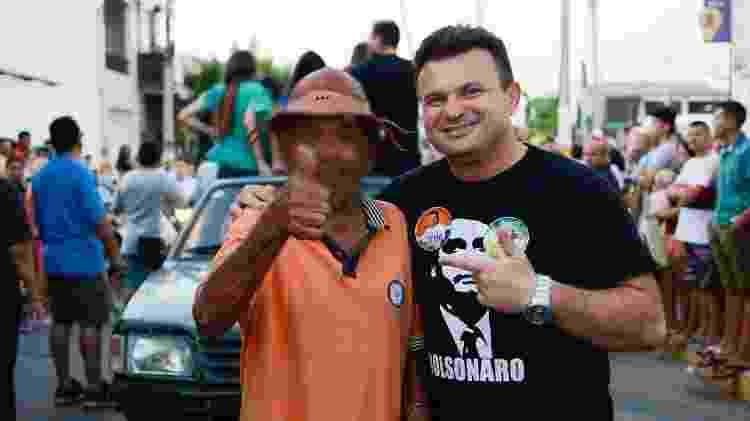 Líder dos amotinados, o vereador Sargento Ailton posa com camisa de Bolsonaro durante campanha em 2018 - Reprodução/ Facebook