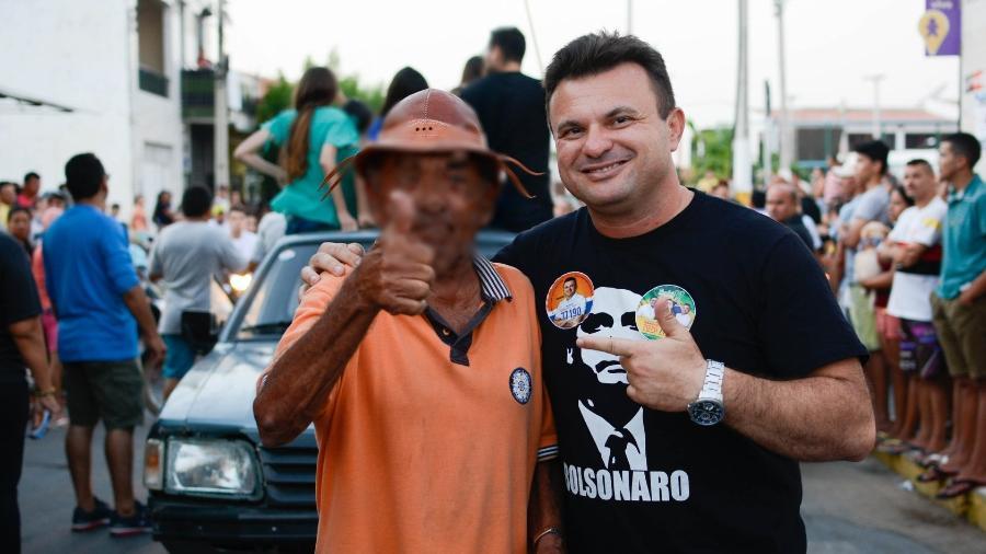 Sargento Ailton posa com camisa de Bolsonaro durante ato de campanha em 2018 - Reprodução/ Facebook