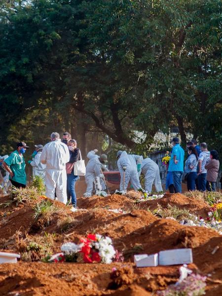 19.mai.2020 - Registro de velório no Cemitério da Vila Formosa, na zona leste de São Paulo - Mauro Borges/Futura Press/Estadão Conteúdo