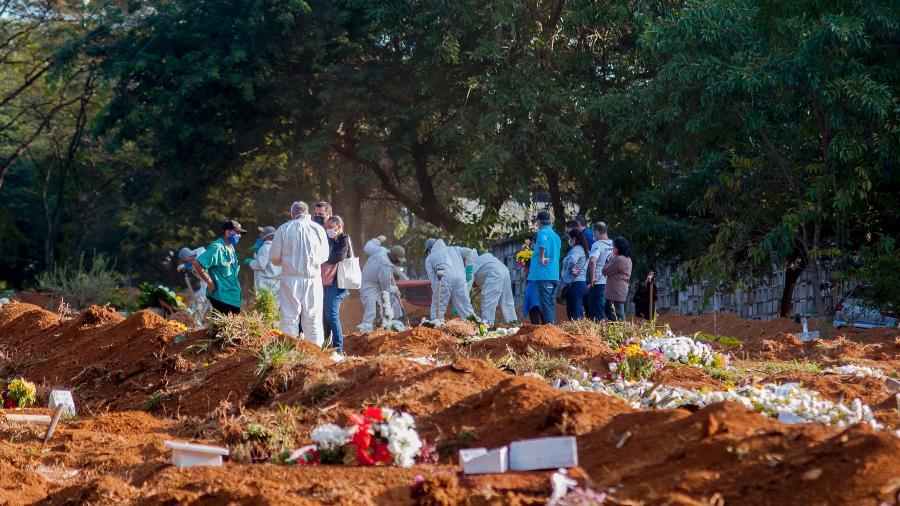 19.mai.2020 - Coronavírus: registro de um velório no Cemitério da Vila Formosa, na zona leste de São Paulo (SP) - Mauro Borges/Futura Press/Estadão Conteúdo