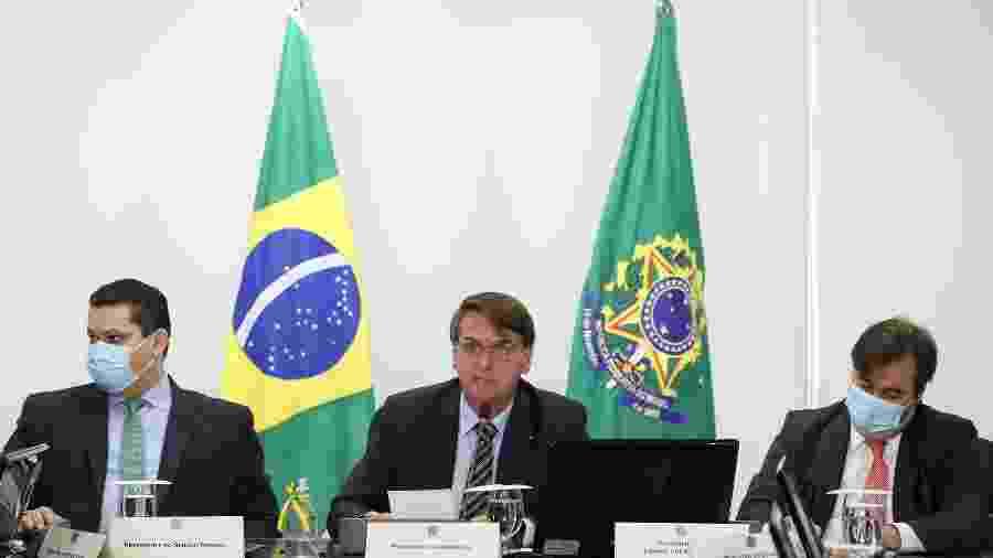 21/05/2020 - Jair Bolsonaro (centro) ao lado de Davi Alcolumbre (esquerda) e Rodrigo Maia (direita) durante videoconferência - Marcos Corrêa/PR/Divulgaçãp