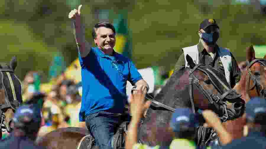 31.mai.2020 - O presidente Jair Bolsonaro em cavalo em frente ao Palácio do Planalto durante manifestação a favor do seu governo em Brasília - Mateus Bonomi/AGIF/Estadão Conteúdo