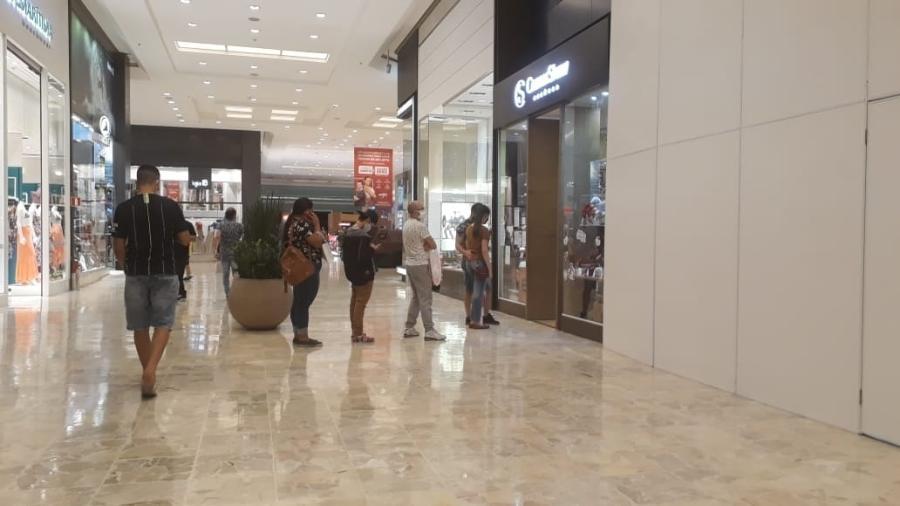 Pessoas fazem fila do lado de fora de uma loja no Shopping Center Norte no dia da reabertura - Marcelo Oliveira/UOL