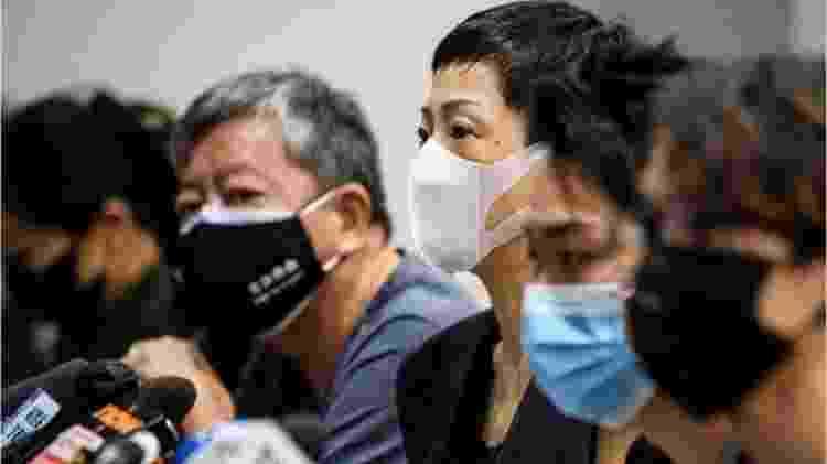 Tanya Chan (centro), Jimmy Smam (segundo à direita) e outros ativistas se dizem preocupados com a nova lei - ANTHONY WALLACE/AFP - ANTHONY WALLACE/AFP