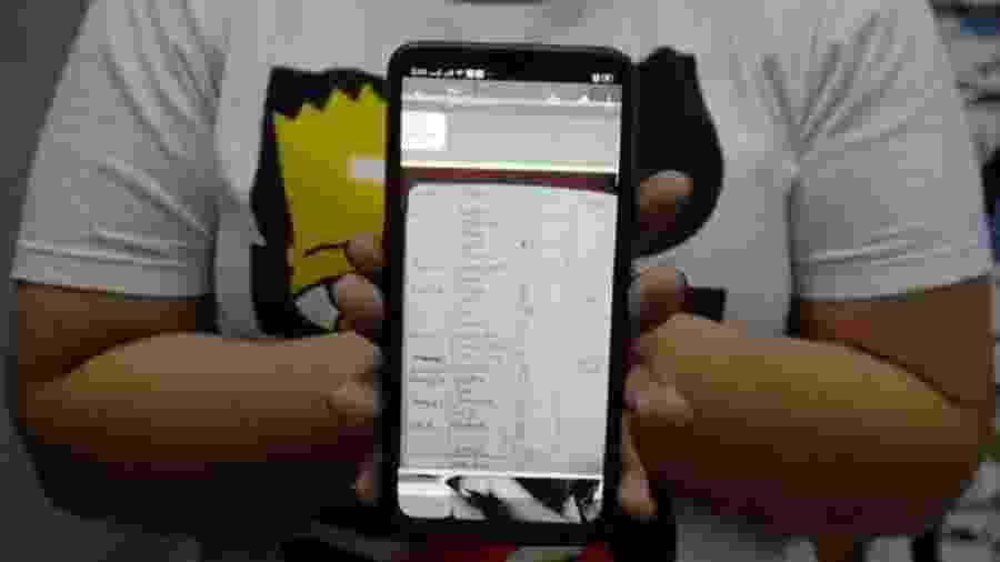 Christine mostra foto do caderno de multas aplicadas pela patroa, incluindo R$ 70 por ela ter conversado com motorista - Arquivo Pessoal