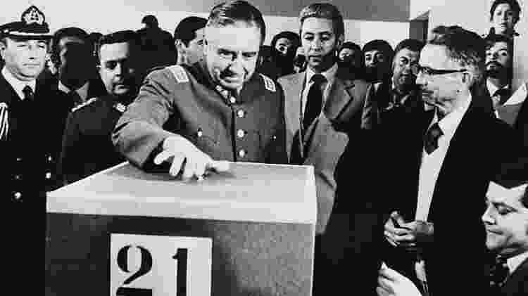 General Pinochet vota durante o referendo para aprovar a Constituição de 1980 - Getty Images - Getty Images
