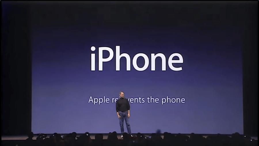 Steve Jobs apresentando o primeiro iPhone em 2007 - Reprodução