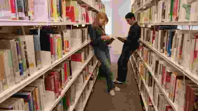Acesso a livros também é menor entre jovens de baixa renda, o que produz um 'abismo cultural' - BBC - BBC