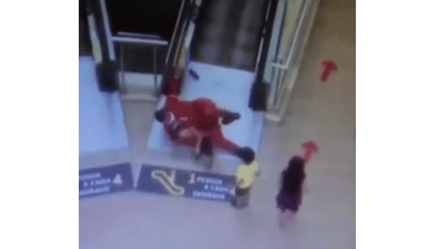 Bombeiro de shopping paraibano salvou criança de se machucar na escada-rolante - Reprodução de vídeo