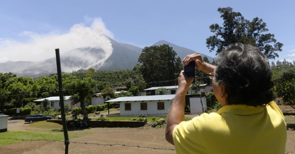 1º.jul.2015 - Um homem tira fotos do vulcão Fuego, no município de Alotenango, no departamento de Sacatepequez, a 65 km ao sul da Cidade da Guatemala, nesta quarta-feira (1º). O vulcão expeliu lava e colunas de fumaça, fazendo as autoridades elevarem o nível de alerta na região para laranja