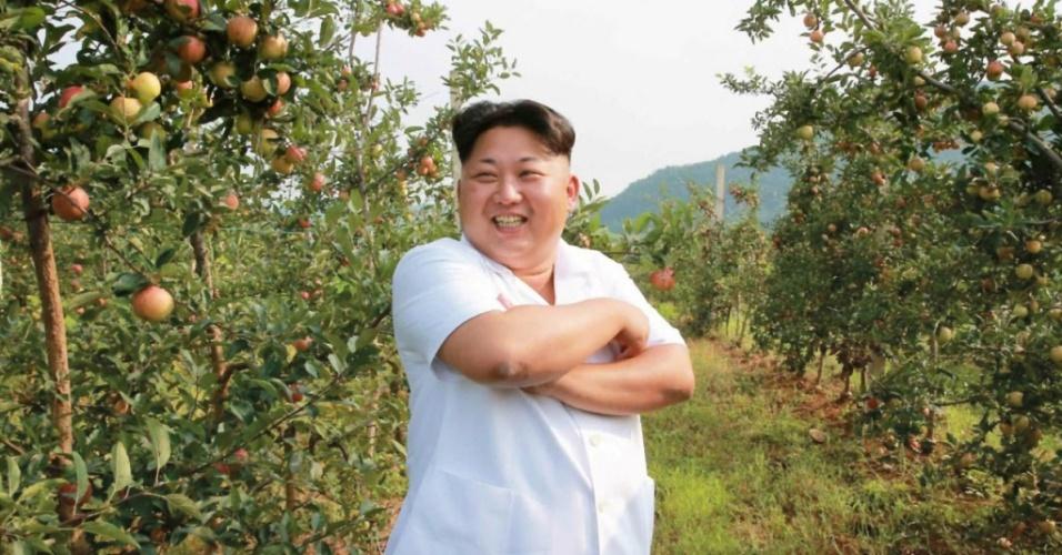"""18.ago.2015 - O presidente da Coreia do Norte, Kim Jong-un, sorri durante visita a uma fazenda de frutas em Pyongyang, em data não divulgada pelo governo. O líder norte-coreano disse que a farta colheita é um """"sinal da prosperidade do país"""", de acordo com o jornal oficial """"Rodong Sinmun"""""""