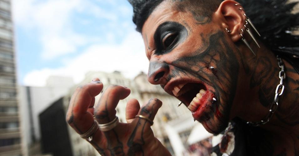 2.nov.2015 - Participante da Zombie Walk, em São Paulo. A marcha dos zumbis acontece desde 2006 na capital paulista, no Dia de Finados