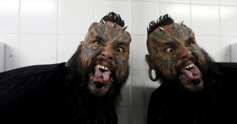 10.nov.2015 - Tatuador venezuelano Emilio Gonzalez  exibe língua modificada e tatuagens na cara durante a convenção de tatuagens e suspensão corporal na cidade de Valparaíso, no Chile