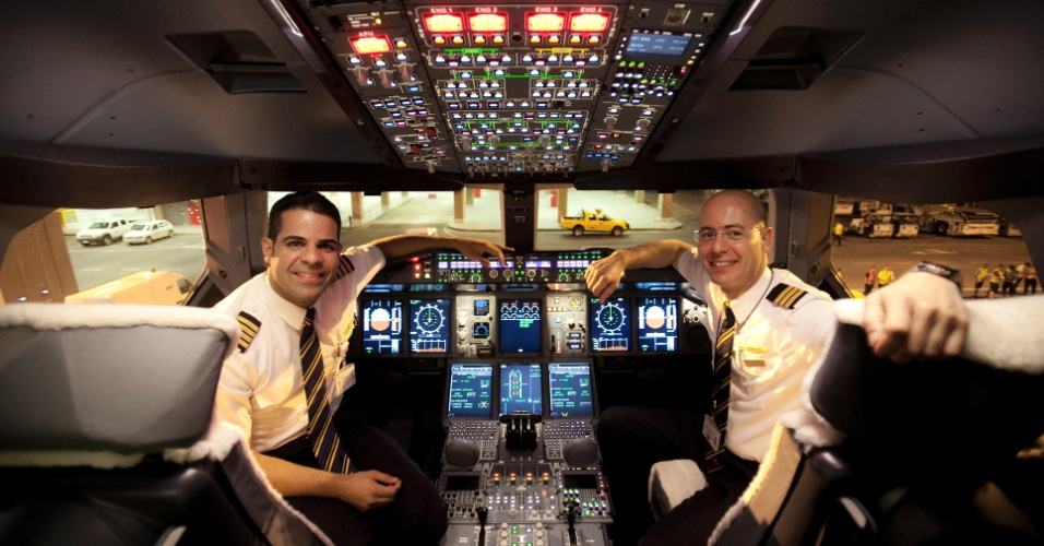 Pablo Leite e Glauco Luciano di Giácomo, brasileiros que pilotaram o A380 no voo de Dubai para São Paulo
