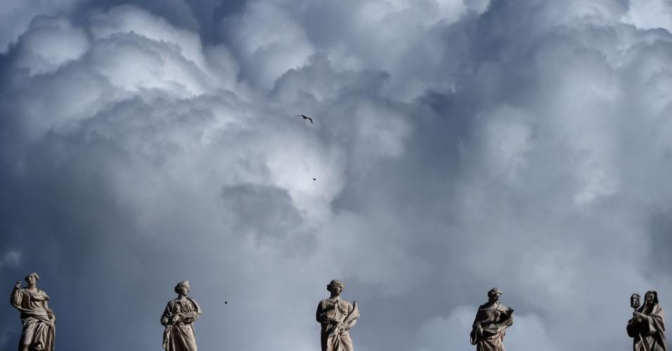 6.jan.2016 - Nuvens cobrem o céu da praça de São Pedro, antes da oração do Ângelus, no Dia de Reis, no Vaticano