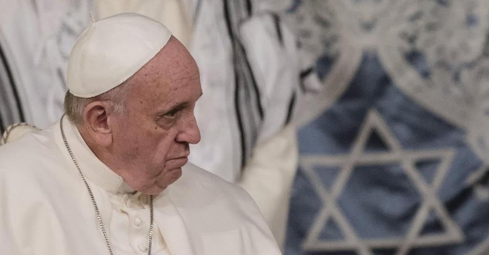 17.jan.2016 - Papa Francisco visita sinagoga em Roma