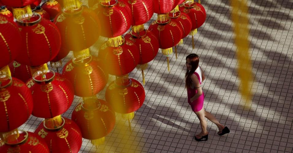 1º.fev.2016 - Mulher caminha sob lanternas chinesas que formam a decoração para a celebração do Ano Novo Chinês em Kuala Lumpur, capital da Malásia. Pelo calendário, que é seguido por diversas nações do oriente que têm grande população originária da China, o ano 2130 terá início no próximo dia 8 de fevereiro