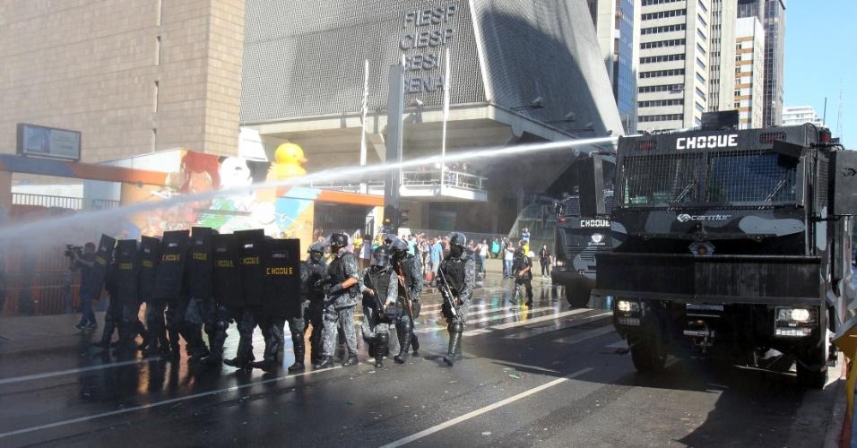 18.mar.2016 - A tropa de choque da Polícia Militar expulsou com jatos de água e bombas de efeito moral manifestantes que estavam em um trecho de aproximadamente 500 metros da avenida Paulista, em São Paulo, por cerca de 40 horas protestando contra o governo da presidente Dilma Rousseff. Ninguém foi detido