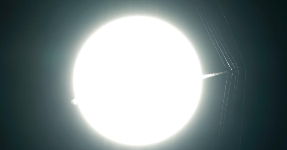 TRANSPORTE SUPERSÔNICO - Avião de teste passa na frente do Sol a uma velocidade supersônica, criando ondas de choque (distúrbio no qual propriedades como velocidade, pressão, temperatura ou densidade variam de maneira abrupta) que são fotografadas para pesquisa. A Nasa está usando uma versão moderna de fotografia Schlieren para visualizar fenômenos de fluxo supersônico com aeronaves de grande escala em voo. Os resultados vão ajudar engenheiros a projetar um transporte supersônico