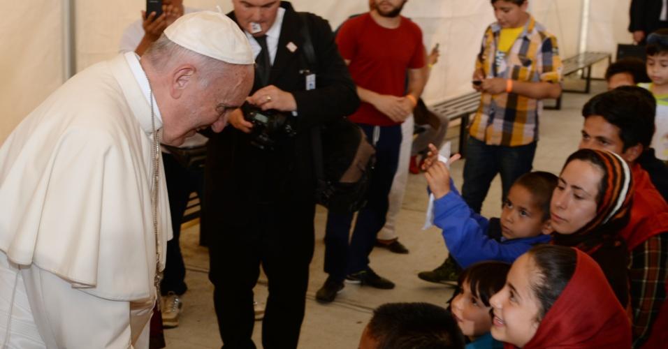 16.abr.2016 - O papa Francisco visita o campo de refugiados de Mória, na ilha de Lesbos, na Grécia. Francisco e o patriarca da Igreja Ortodoxa, Bartolomeu, visitam juntos a ilha, para pressionar os governos europeus a abrigar os refugiados