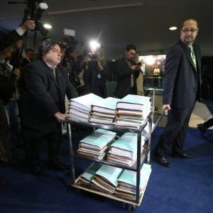 Volumes do processo de impeachment aprovado na Câmara chegam ao Senado