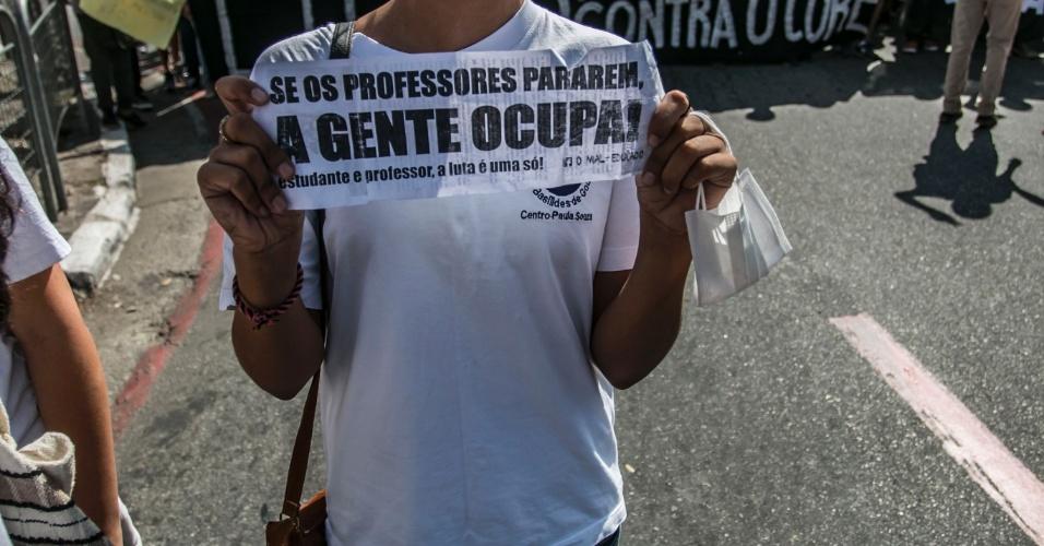 20.abr.2016 - Estudantes de escolas técnicas fazem protestos contra a falta de merenda. O ato começou por volta das 7h, na região da Luz, no centro de São Paulo, e no início da tarde eles bloqueavam a avenida Paulista nos dois sentidos