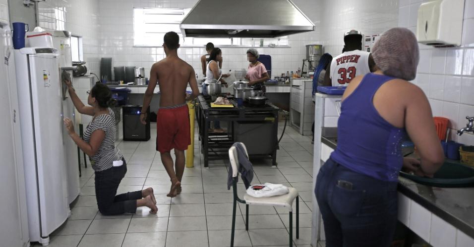 20.abr.2016 - Alunos fazem mutirão na cozinha para preparar o almoço dos estudantes que participam da ocupação do Colégio Estadual Prefeito Mendes de Moraes