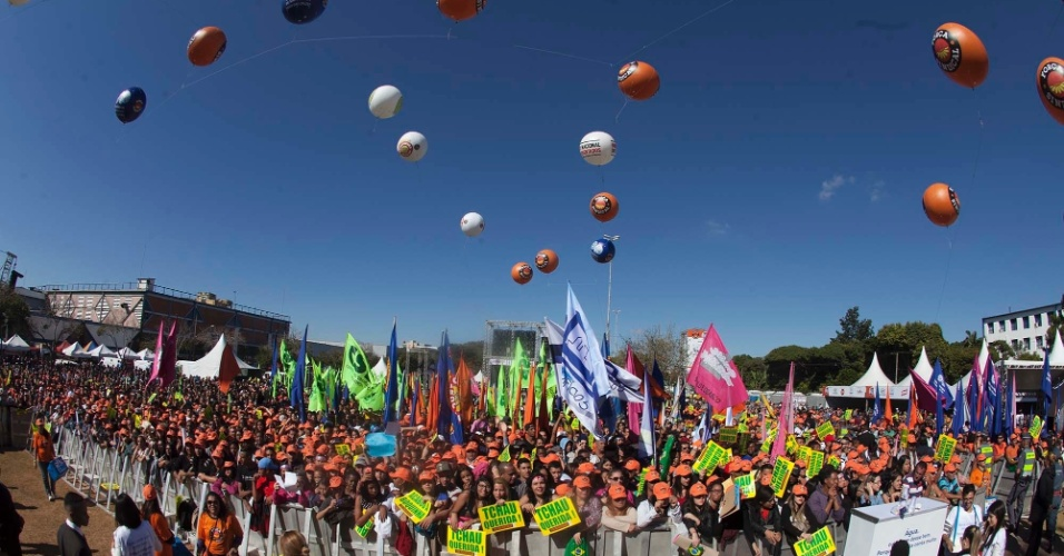 """1º.mai.2016 - Força Sindical realiza evento para marcar o Dia do Trabalho no Campo de Bagatelle, na região de Santana, em São Paulo. Vários participantes erguem cartazes com a frase """"Tchau, querida!"""" em alusão ao processo de impeachment da presidente Dilma Rousseff. Os organizadores esperam a presença de cerca de 1 milhão de pessoas, mas não estimaram quantas já chegaram ao evento. A Polícia Militar só divulgará seus números à tarde"""