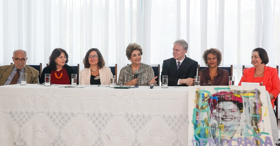 7.jun.2016 - A presidente afastada, Dilma Rousseff, participa de encontro com historiadores no Palácio da Alvorada, em Brasília