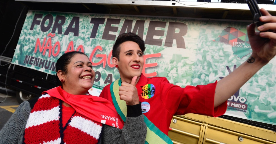 10.jun.2016 - Manifestante caracterizado como a presidente afastada, Dilma Rousseff, participa de ato contra o governo interino de Michel Temer na avenida Paulista, em São Paulo