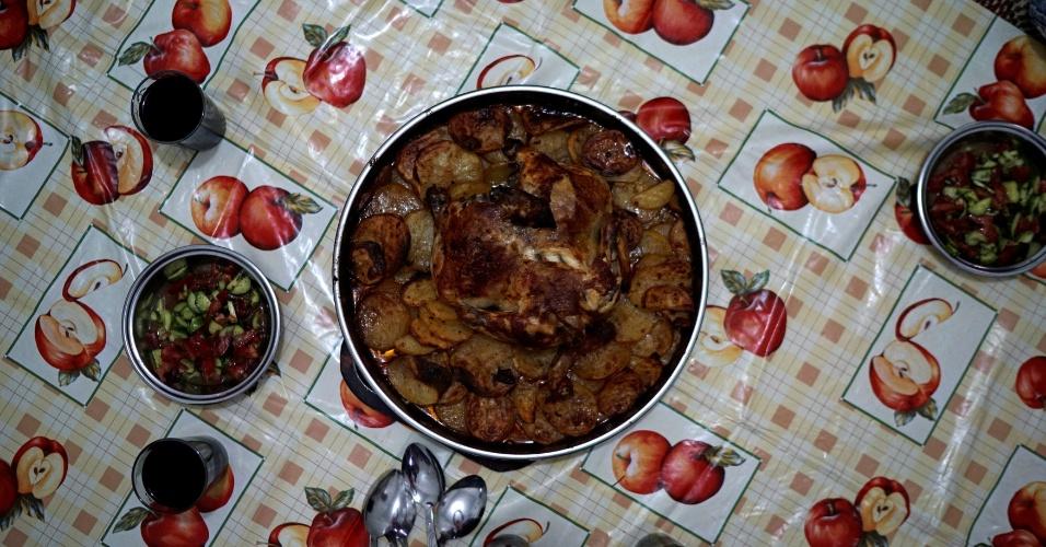 """4.jul.2016 - Para o iftar, a família preparou frango com batata e salada. O jantar varia em diferentes países do mundo. """"Ramadã significa paz para nós. A única coisa que quebra essa paz é pensar nos nossos parentes que ficaram na Síria. Eu sinto falta deles todos os dias. Ramadã na minha terra é mais bonito que isso"""", conta Ahmet Ilevi"""