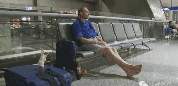 Ele não perdeu as esperanças e ficou morando 10 dias no aeroporto a base de miojo - Reprodução/CCTVNews