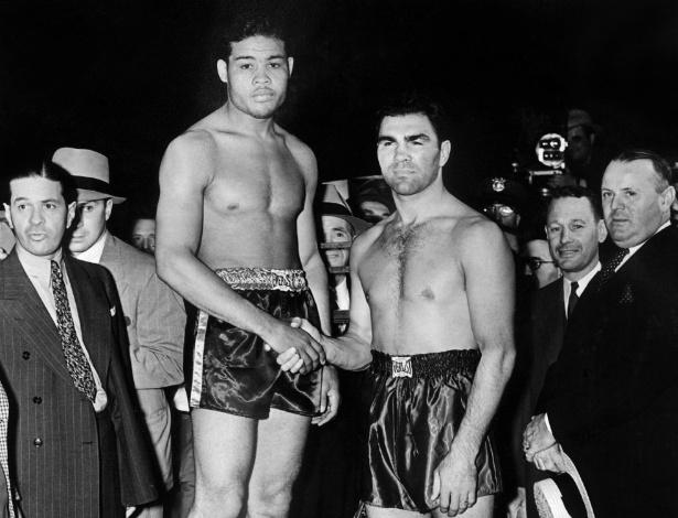 Foto de 1938 mostra a lenda alemã do boxe Max Schmeling (à dir.) cumprimentando o americano Joe Louis durante a pesagem, antes de eles competirem em uma luta histórica vencida pelo segundo
