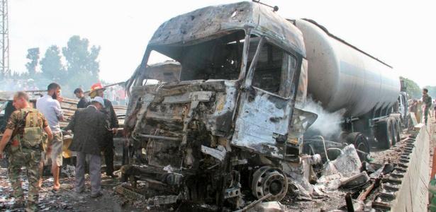 Soldados sírios inspecionam estragos após explosões na ponte Arzuna, no acesso a Tartous, Síria