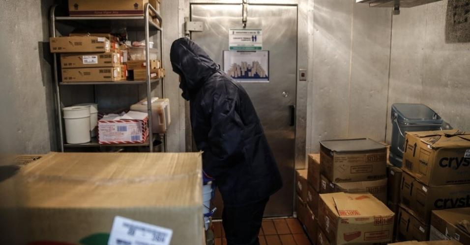 26.set.2016 - O restaurante tem duas salas de refrigeração. Uma para alimentos frescos e outra para congelados