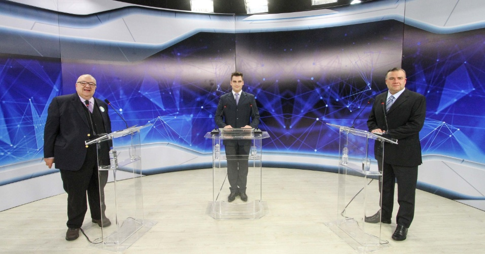 7.out.2016 - Ney Leprevost (PSD) (à dir.) e Rafael Greca (PMN), candidatos à Prefeitura de Curitiba, participam de debate do 2º turno, promovido pela Band TV, na capital paranaense