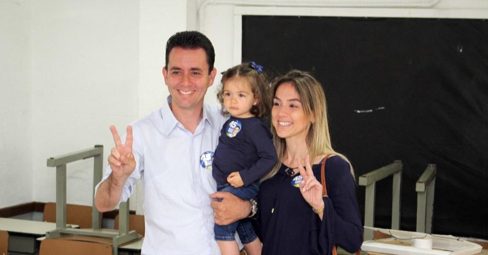 30.out.2016 - Candidato a prefeito de Santo André Paulo Serra (PSDB) vota acompanhado da mulher, Ana Carolina, e da filha Maria Carolina, no Colégio Educandário Santo Antônio