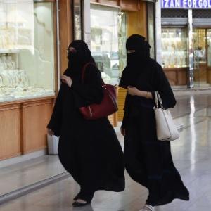 Mulheres sauditas passeiam em shopping center em Riad