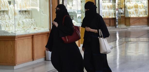 Mulheres sauditas passam por joalheria em shopping center em Riad