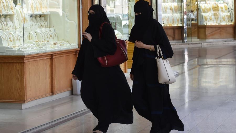 Mulheres sauditas passam por joalheria em shopping center em Riad - Fayez Nureldine/AFP